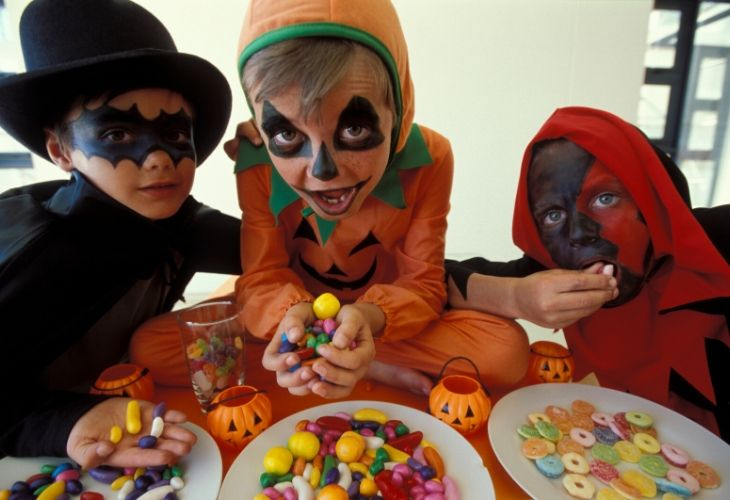 kids-eating-halloween-candy
